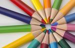 Buntstifte bilden mit Spitze einen Kreis