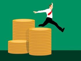Business-Mann springt über Geldstapel