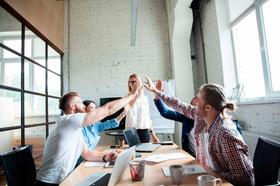 Business Team feiert seinen Erfolg mit High Five
