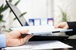 Businessleute tauschen Dokumentenmappe aus