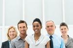 Gruppe von Businessleuten verschiedener Altersgruppen und Hautfarben