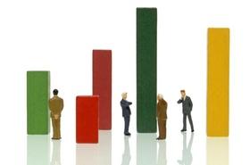 Businessmannfiguren zwischen Diagrammbalken, Symbolbild für Wirtschaft