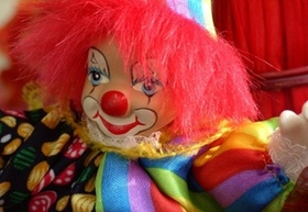 Clown mit roten Haaren