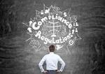 Compliance Regulations Mann steht vor Tafel