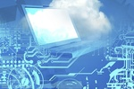 Computer und Wolke vor blauem Hintergrund mit circuit board Optik