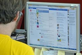 Computerbildschirm mit Facebook-Suche
