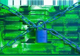 Cyberattacke - Platine mit Vorhängeschloss