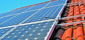Dacharbeiten zur Errichtung einer Fotovoltaik-Anlage