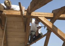 Dachdecker arbeiten am Dachstuhl