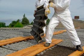 Dachplatten Asbest Handwerker in Schutzkleidung