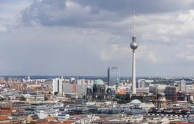 Dächer der Stadt mit Blick auf Fernsehturm und Berliner Dom