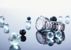 Damenuhr und Glasperlen