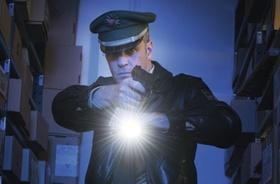 Deutscher Polizist in Lagerraum