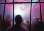 Menschen im farbigen Licht einer Discothek