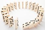 Dominosteine stehen im Kreis, fallen um