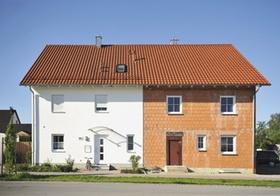 Doppelhaus, eine Hälfte noch im Rohbau