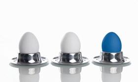 Drei Eier in silbernen Eierbechern