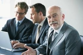 Drei Geschäftsmänner mit Laptop