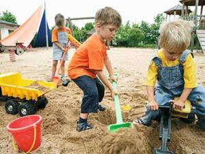 Amtshaftung: Kita-Kids werfen Steine auf parkendes Fahrzeug - Sta