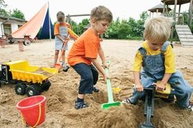 Drei Kinder im Sandkasten