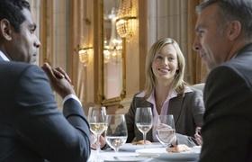 Drei Kollegen im Restaurant
