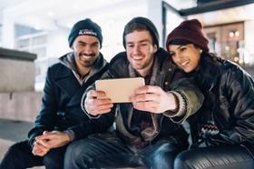 Drei Menschen machen ein Selfie