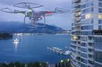 Drohne kreist über Stadt am Fluss