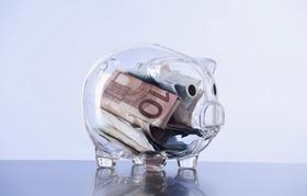 Druchsichtiges Sparschwein enthält Geldscheine