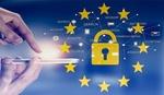 DSGVO+Finger tippen auf smart phone mit EU-Sternen+Schloss