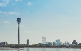 Düsseldorf mit Rhein im Vordergrund Hochhäuser Fernsehturm im Hintergrund