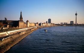 Düsseldorf mit Rhein und Promenade im Sonnenuntergang