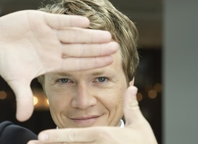 Durchblick, Mann hält Hände als Rechteckt vor das Gesicht