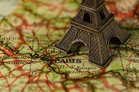 Eiffeltum-Modell auf Karte von Paris
