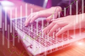 Eingabe von Daten auf Laptop_pixabay