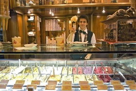 Eisverkäufer in Eisdiele