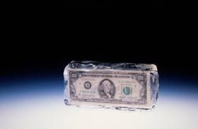 Eiswürfel mit Dollar inside