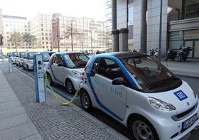 Elektrische Autos beim Tanken in einer Reihe