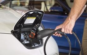 Elektrisches Auto wird an Ladestation geladen