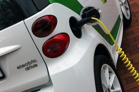 Elektroauto Ausschnitt Tank mit Kabel