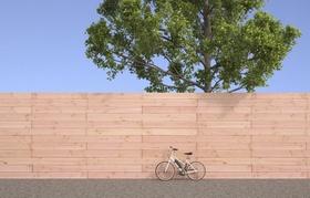 Elektrofahrrad vor Holzwand und Baum
