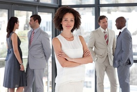 Erfolgreiche farbige Geschäftsfrau bei Teammeeting