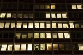 erleuchtete Büroräume bei Nacht