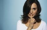 Erwachsene Frau macht Gestik für Schweigen