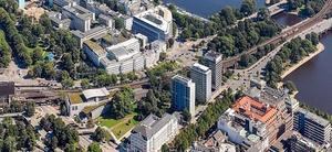 Becken legt Grundstein für Bürohochhaus in Hamburg