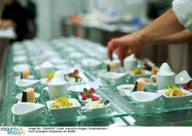 Essen richten in Großküche