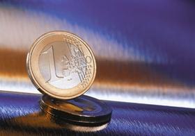 Euromuenze steht auf zweiter Muenze, Metallhintergrund