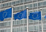 Europaeische Flaggen vor dem Kommissionsgebaeude in Bruessel