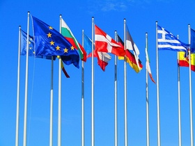 Europa-Flaggen vor blauem Himmel
