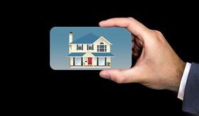 Exposé Hand mit Karte mit Bild von Haus