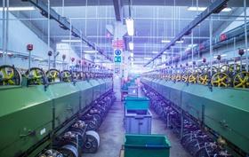 Fabrikhalle mit mehreren Maschinen
